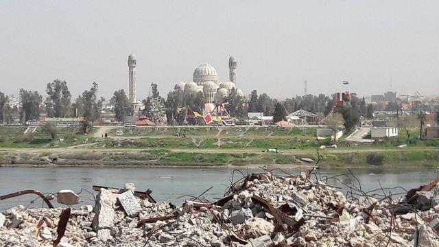 Vue sur le parc d'attraction de Mossoul. Au premier plan, les ruines de la vieille ville.