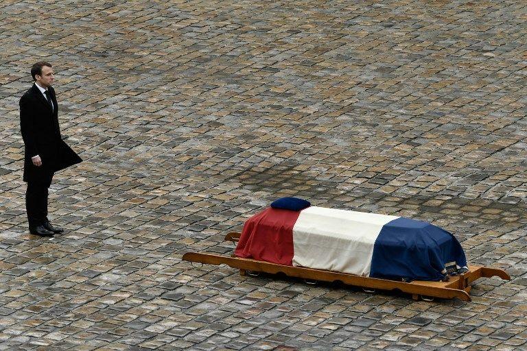 Emmanuel Macron devant le cercueil d'Arnaud Beltrame, dans la cour des Invalides le 28 mars
