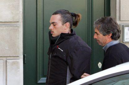 """Romain Dupuy (G), l'auteur présumé du double meurtre perpétré en 2004 dans un hôpital de Pau, arrive, le 07 novembre 2007 au tribunal de Pau, pour l'examen en appel du non-lieu """"psychiatrique"""" dont il a bénéficié."""