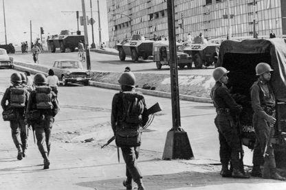 Des véhicules blindés et des soldats patrouillent dans les rues de Tlatelolco à Mexico, le 5 octobre 1968, trois jours après que l'armée mexicaine a ouvert le feu sur des manifestants