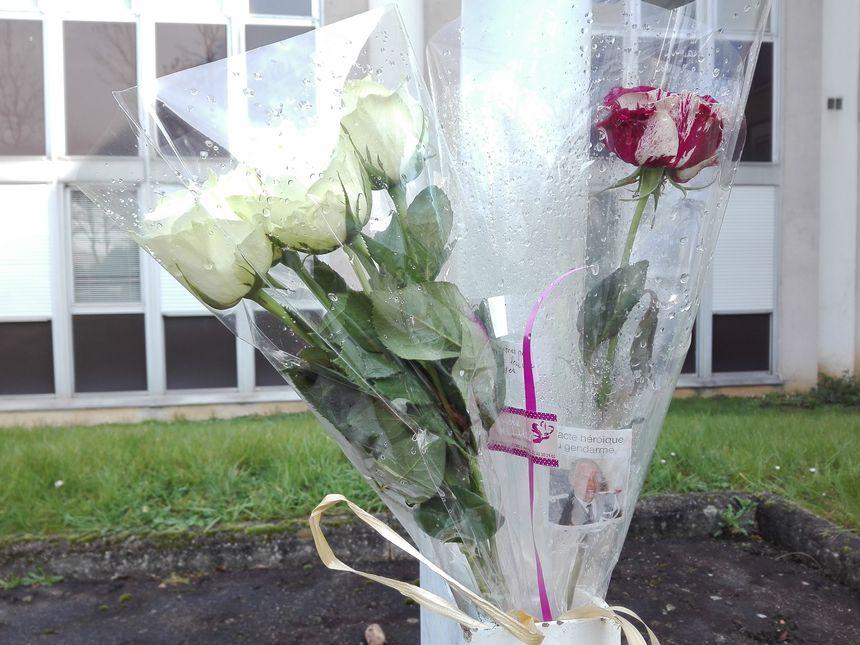 Des roses et des fleurs ont été déposées devant une dizaine de gendarmeries