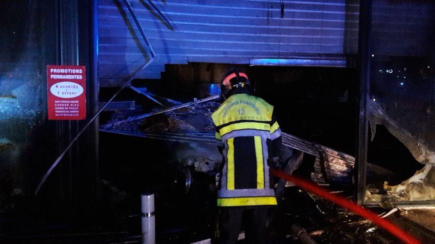 Un véhicule brûlé a été retrouvé encastré dans la devanture de la boucherie en partie détruite par les flammes