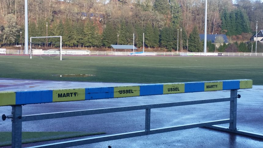 Au stade de rugby d'Ussel... même les équipements d'athlétisme sont jaune et bleus !