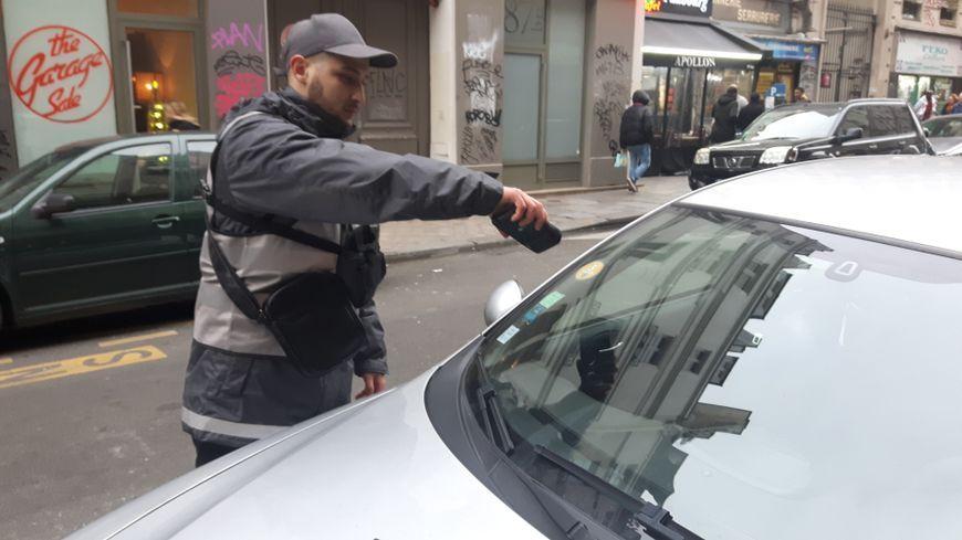 Un agent verbalisateur contrôle une voiture via sa vignette Crit'Air