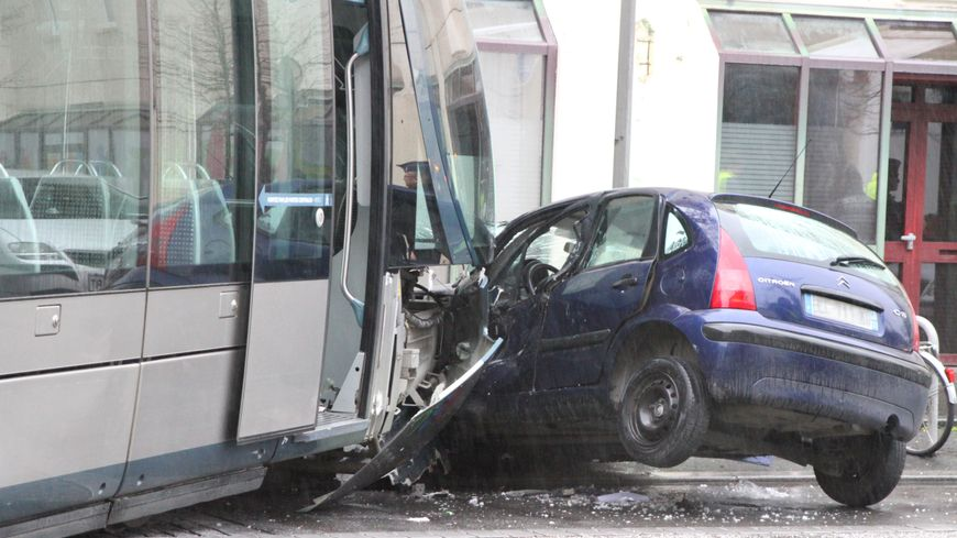 bordeaux accident impressionnant entre un tram et une voiture pr s de la gare. Black Bedroom Furniture Sets. Home Design Ideas
