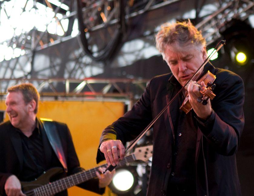 Didier Lockwood et Mike Stern sur la scène du Théâtre antique pendant le Festival Jazz A Vienne en juillet 2002.