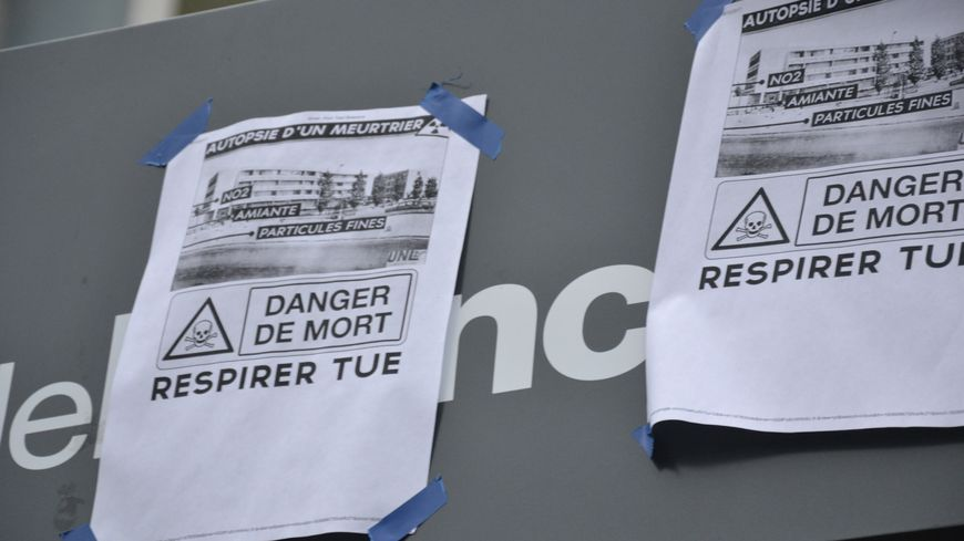 Des affiches placardées devant le lycée Georges Brassens de Villeneuve-le-Roi