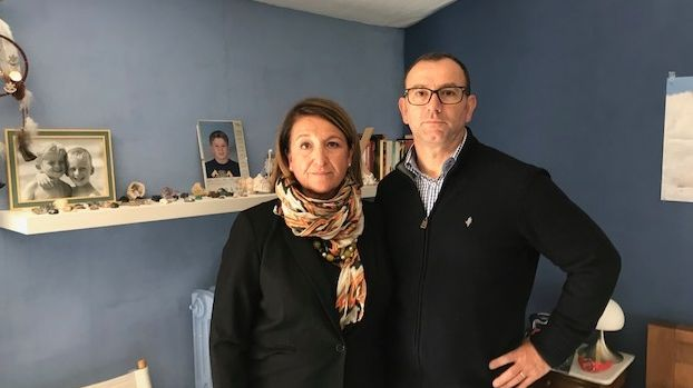 Les parents de Lucas Tronche dans la chambre de leur fils