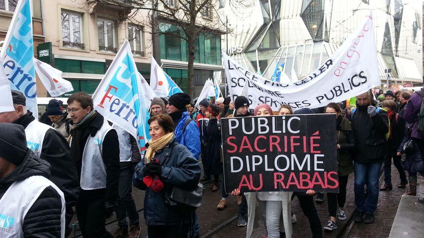 Des lycéens aux côtés des fonctionnaires dans la manifestation à Strasbourg.