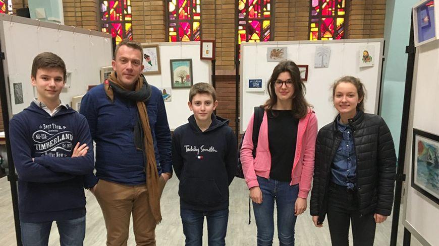 Sam, Julien, Anna, Clémence, en compagnie du professeur d'Anglais Vincent de Reu