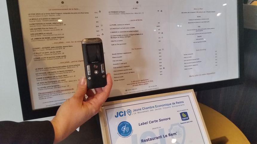 Le restaurateur enregistre lui-même le menu sur le dictaphone