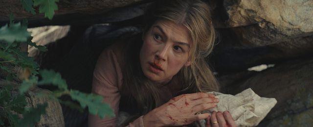 """Rosamund Pike interprète dans """"Hostiles"""" une jeune mère qui a vu sa famille décimée par une attaque indienne"""