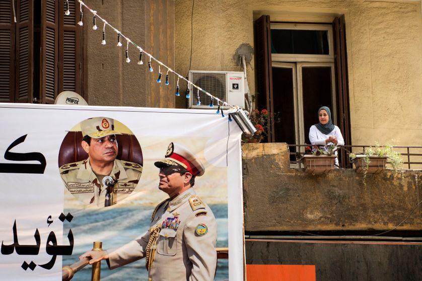 Affiche du Président Abdel Fattah al-Sisi, au Caire, le 22 mars 2018, campagne présidentielle (élections du 26 au 28 mars).  Moussa Mostafa Moussa, chef du el-Ghad parti se présente contre le président sortant.