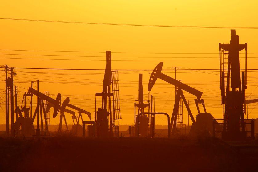 Chevalets de pompe dans un champ de pétrole qui pratique la fracturation hydraulique pour extraire le pétrole et la gaz, Lost Hills, Californie (Etats-Unis), 2014