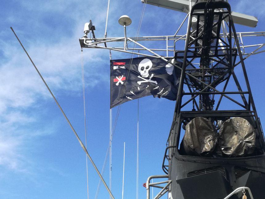 """Le légendaire pavillon """"pirate"""" Jolly Roger du bateau, où figure entre autre la Corse - Radio France"""