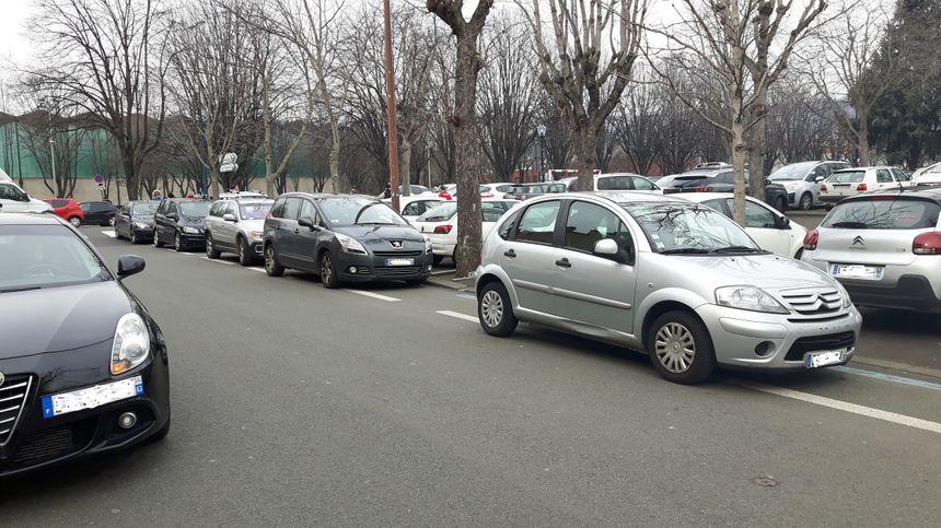 Les aménagements cyclables sont loin d'être toujours respectés, exemple ici place des Bughes à Clermont-Ferrand, pourtant juste à côté d'un grand parking