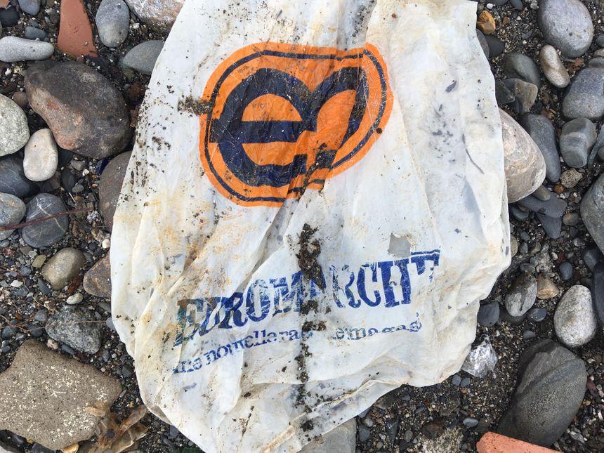 """Un sac de supermarché """"Euromarché"""" sur les bords du gave de Pau. L'enseigne a disparu en 1994."""