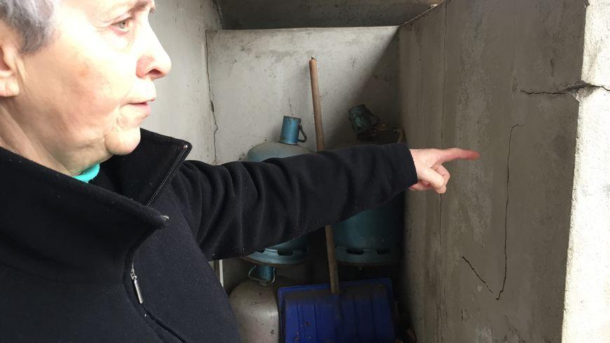 Joëlle Pirih montre une fissure dans le mur de sa maison, en pente à cause des affaissements miniers.