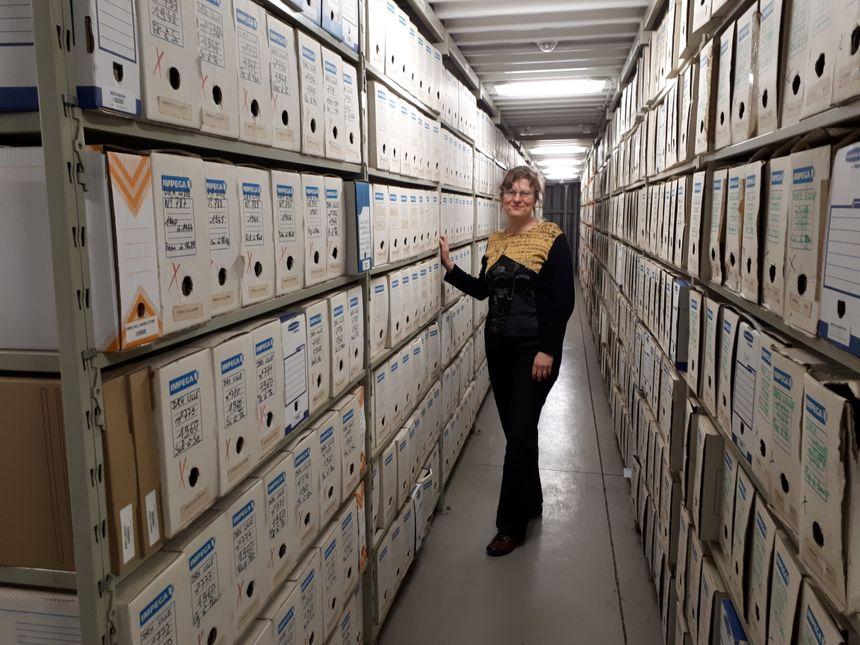 Laurence Bour au milieu des 11km de documents du centre d'archives SNCF de Béziers