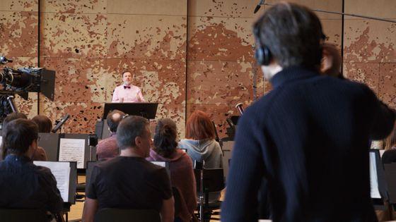 L'acteur François Bureloup se fait coacher par Christophe Dilys (au premier plan) pendant le tournage de la série Philharmonia