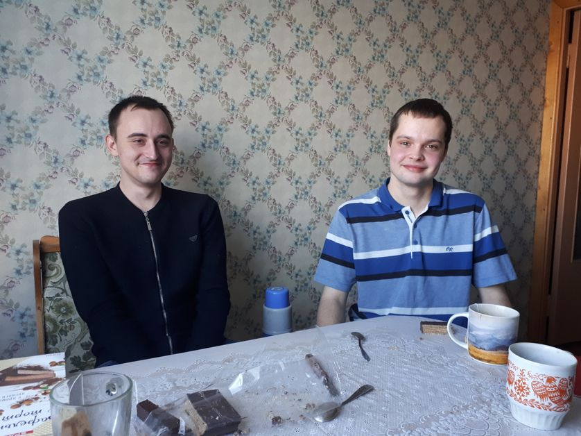 Ivan (à droite) vient de terminer ses études mais n'a trouvé qu'un petit boulot très mal payé. Il dénonce la corruption en Russie