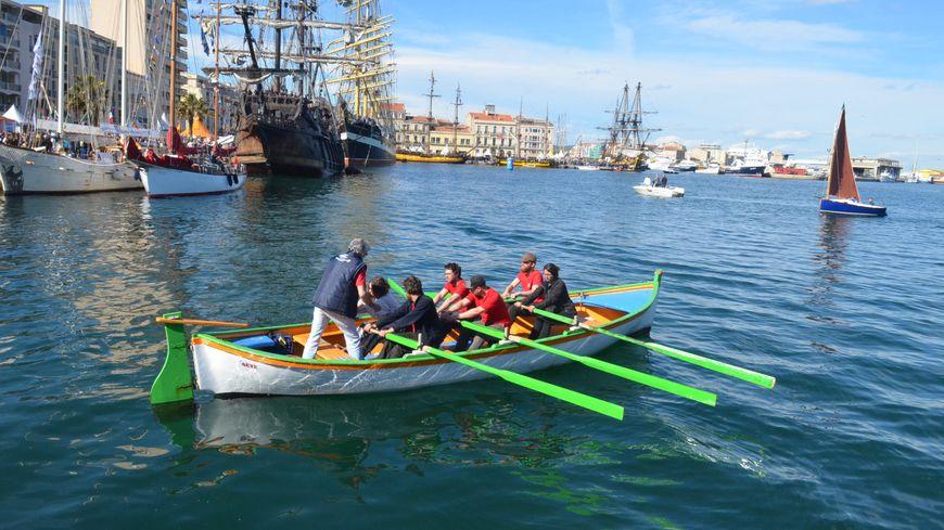 Il faut être six pour ramer et faire avancer ces barques de pêcheurs typiques du début du XXe siècle.