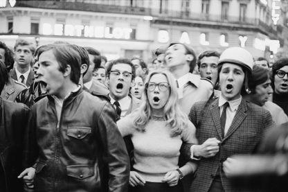 Des étudiants manifestent et scandent des slogans, à Paris, le 30 mai 1968