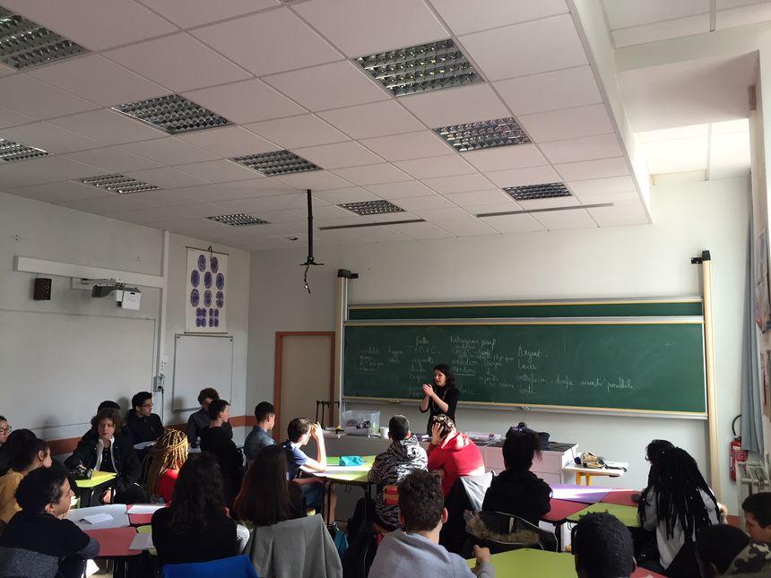 Charlotte Kanski (au fond) multiplie les interventions en milieu scolaire pour sensibiliser sur les risques du tabac.