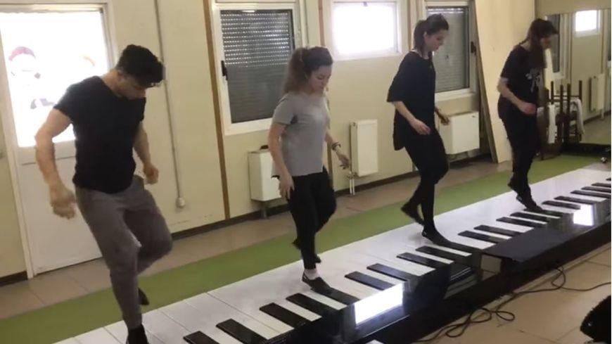 Despacito, version piano pour quatre danseurs