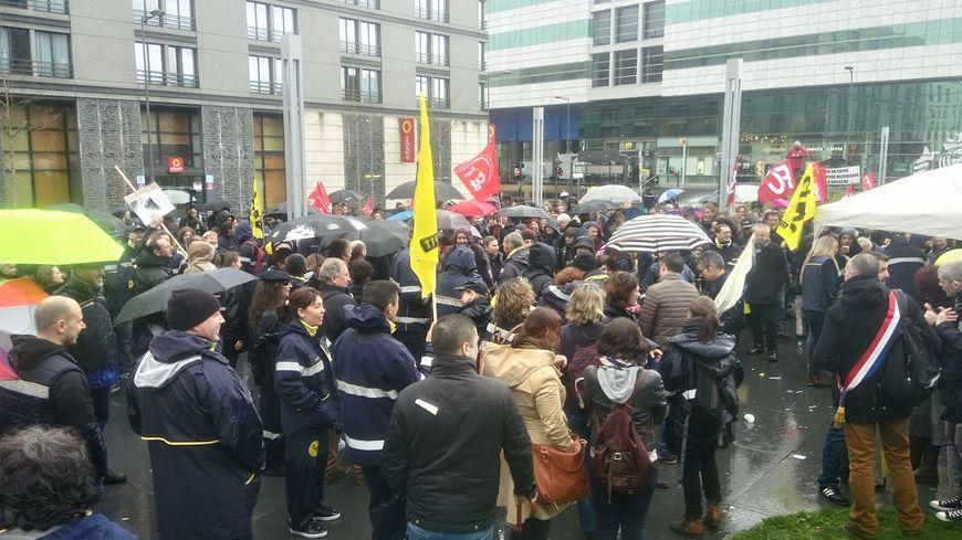 250 personnes rassemblées devant La Grande Poste.