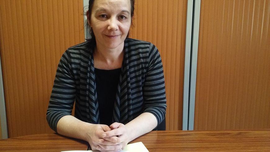 Sabine Atlaoui devant les statuts de sa nouvelle association