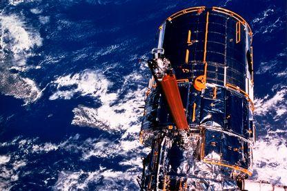 Le télescope spatial Hubble au-dessus de la Terre.