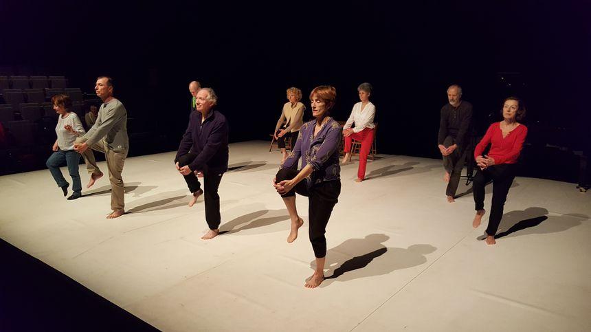 Les seniors ont participé à l'élaboration du spectacle avec la chorégraphe et le metteur en scène.