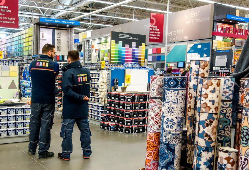 Des employés dans un magasin castorama à Lille.