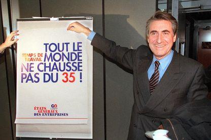 Le futur président du CNPF Ernest-Antoine Seillière montre un panneau concernant les 35 heures, le 8 décembre 1997 au Palais des Congrès à Paris.