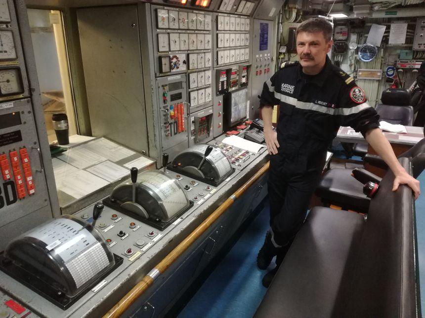L'enseigne Ludovic Rocuet dans la salle des machines, restée dans son jus de l'époque de sa construction - Radio France