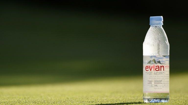 Evian fait partie des marques visées par cette étude sur les particules de plastique dans les bouteilles.