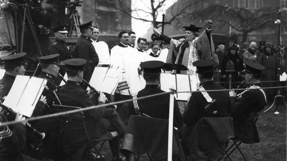 Ethel Smyth dirige un orchestre de la police en 1930