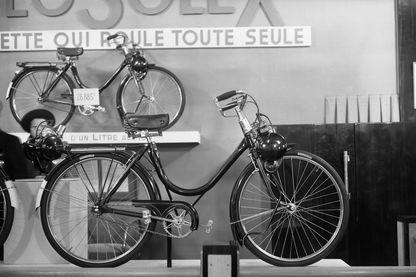 Un vélosolex est présenté lors du salon du cycle, à l'occasion du salon de l'automobile à Paris, en octobre 1948.