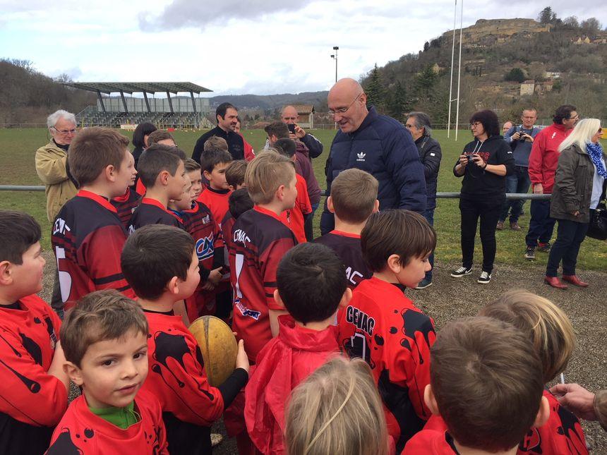 Bernard Laporte dirige une séance d'entraînement de jeunes joueurs du club de Cénac et Saint-Julien