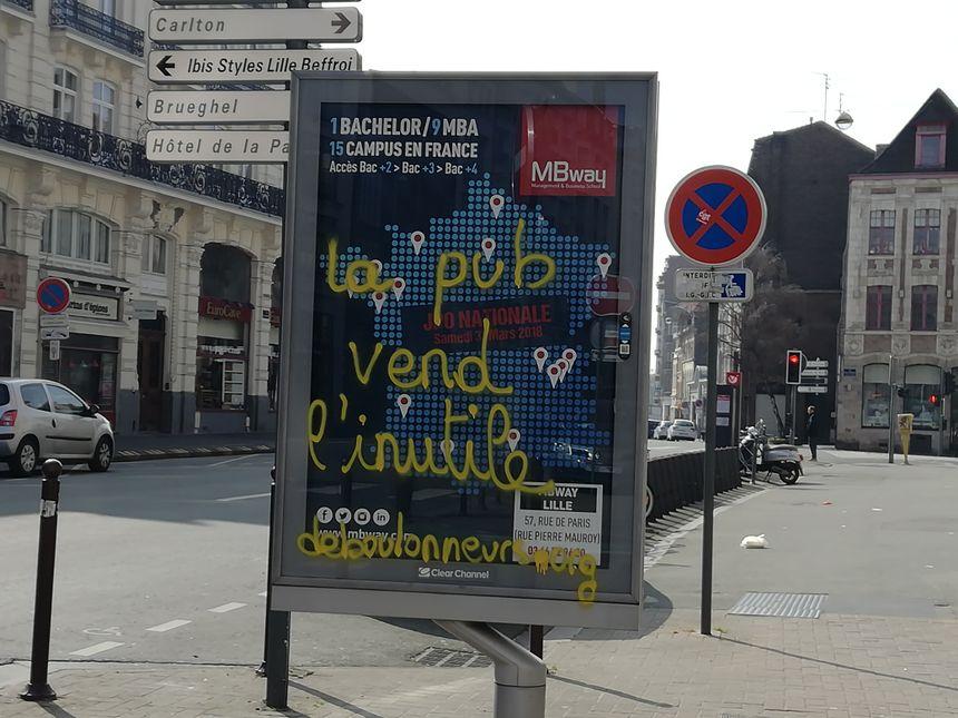 114 panneaux publicitaires ont été tagués dans les rues de Lille.