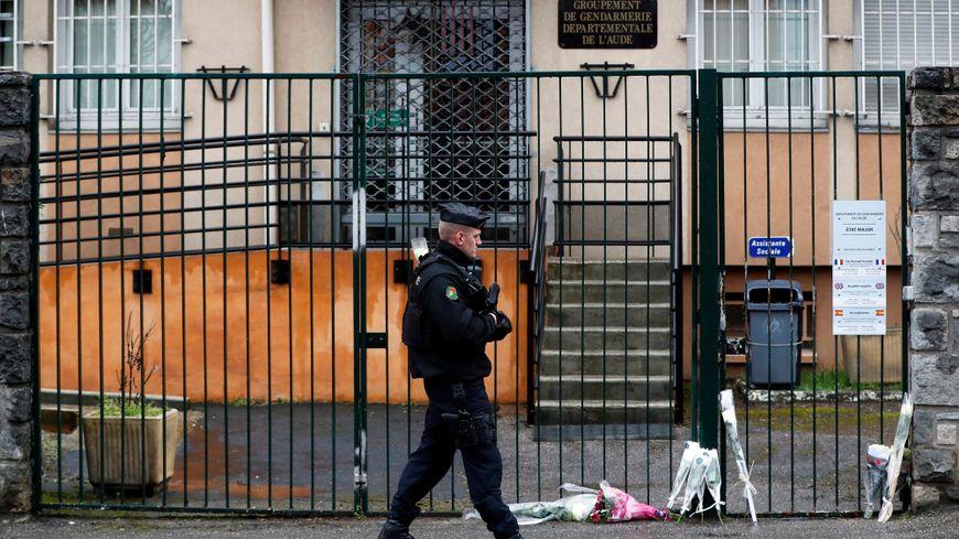 De nombreux messages, fleurs ou bouquets ont été déposés devant la caserne de gendarmerie de Carcassonne