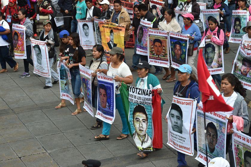 Manifestation à Mexico des proches des 43 étudiants disparus, un an après leur enlèvement dans l'Etat de Guerrero le 26 septembre 2014