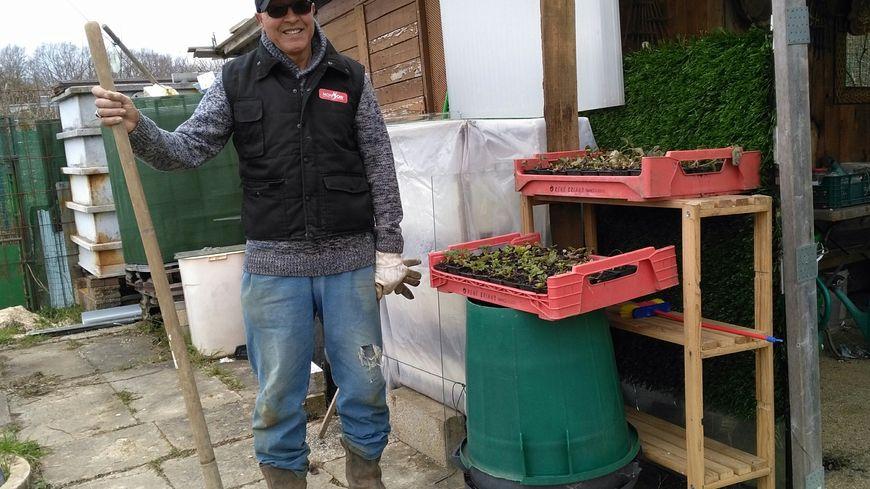 Mohamed s'occupe de son jardin à Auxerre. Il a déjà semé quelques légumes qui ne craignent pas le froid comme les fèves. Il a aussi préparé des plants de fraises
