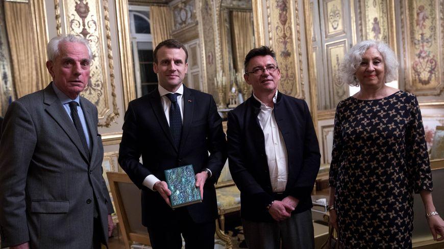 Florent Rousseau à droite du Président Emmanuel Macron.