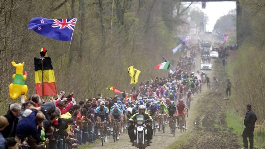 Les coureurs dans la trouée d'Arenberg lors de la 110ème édition de Paris-Roubaix en 2012