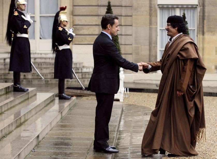 Nicolas Sarkozy reçoit le dirigeant libyen Mouammar Kadhafi à l'Elysée (10/12/07)