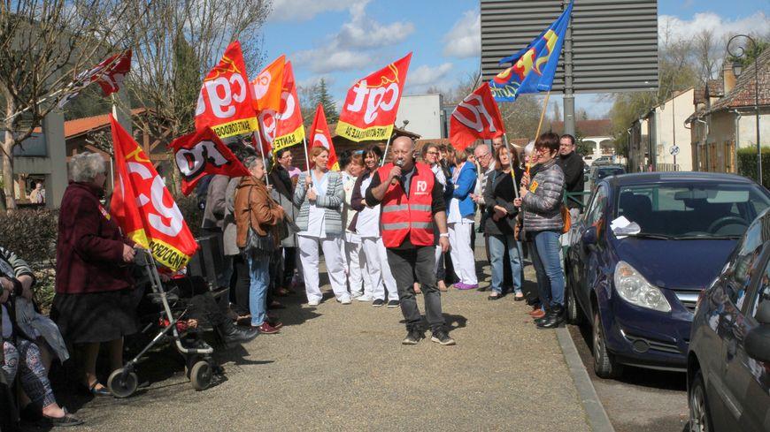 Mobilisation devant l'ehpad du Bugue ce jeudi après-midi.