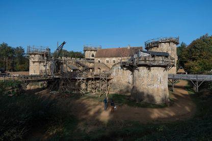 dans la forêt de Guédelon, dans l'Yonne, des passionnés ont fait le pari de construire un château-fort, selon des techniques de l'époque.