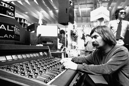 Pierre Vassiliu derrière une nouvelle table de mixage présentée au Salon de la Musique à Paris, le 23 septembre 1975
